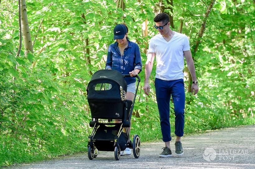 Ania i Robert na spacerze z Klarą