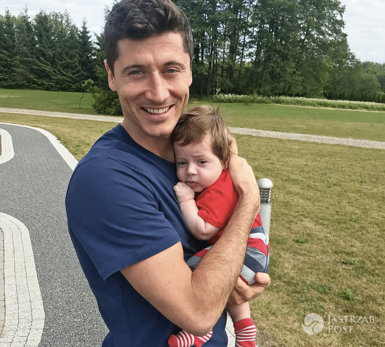 Robert Lewandowski pozuje z dzieckiem Iwana