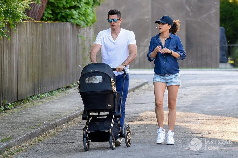 Robert i Ania na spacerze z Klarą