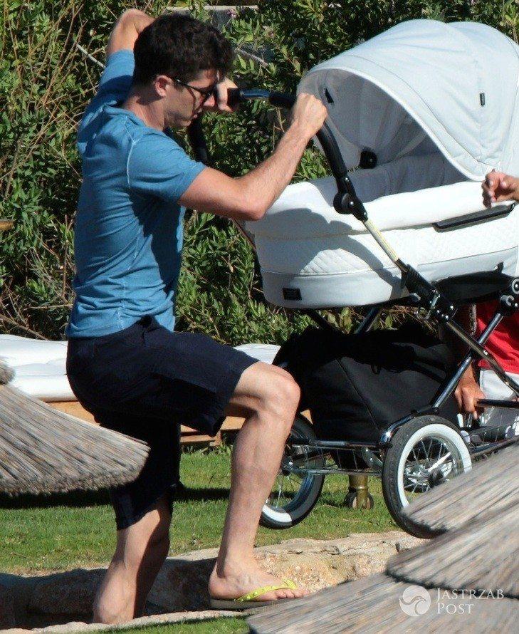Robert Lewandowski z wózkiem na urlopie
