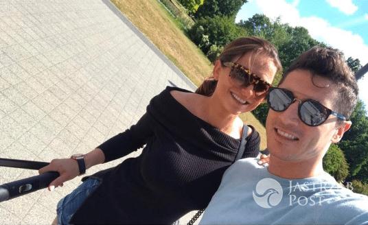 Robert i Anna Lewandowscy na spacerze z Klarą