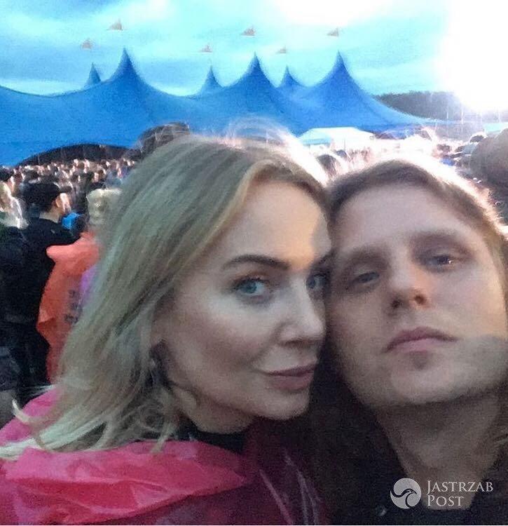 Agnieszka Wożniak Starak całuje sie w deszczu z mężem
