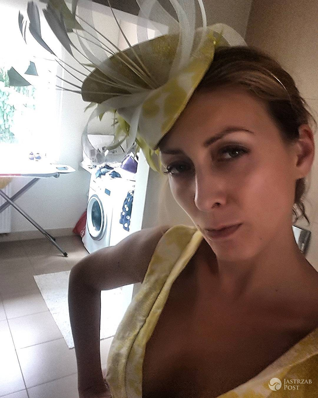 Anna Kalczyńska chwali się kapeluszem na konkurs