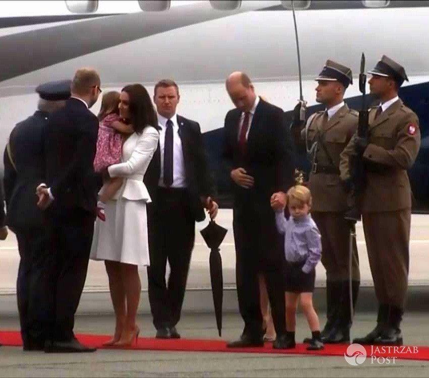 Księżna Kate wita się z przedstawicielami ambasady brytyjskiej