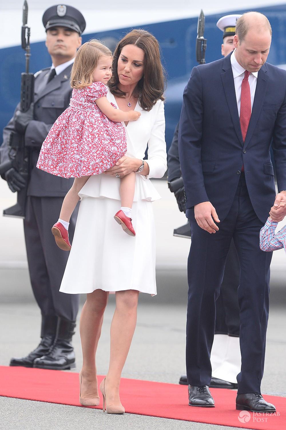 Księżna Kate w białej sukience z baskinką