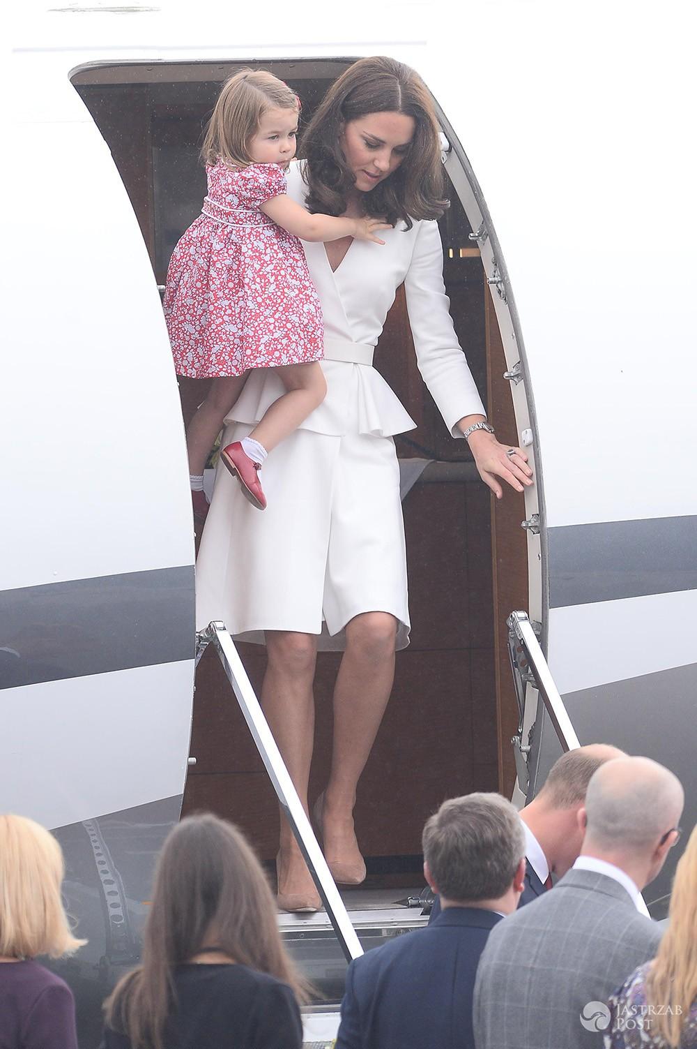 Z OSTATNIEJ CHWILI: Para książęca wylądowała w Warszawie! Książę George skradł szoł na lotnisku! [WIDEO + ZDJĘCIA] - Księżna Kate wychodzi z samolotu w Warszawie