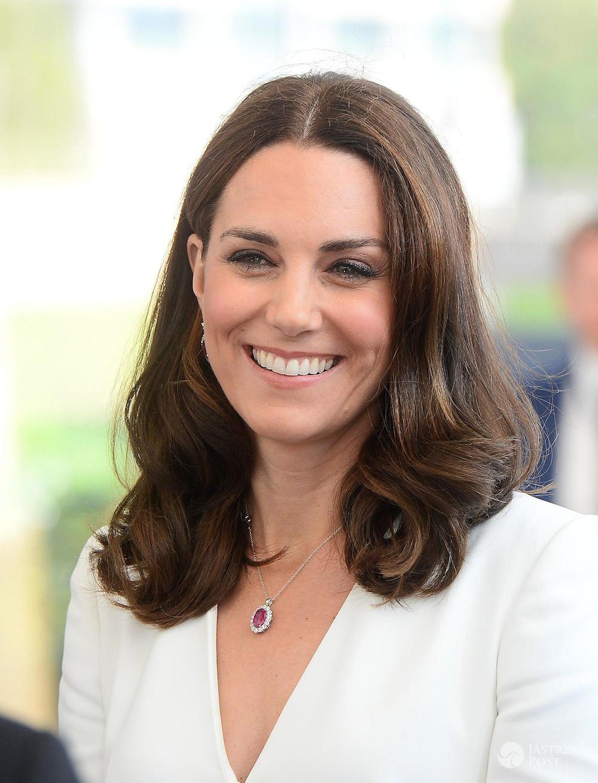Księżna Kate z czerwonym naszyjnikiem na szyi