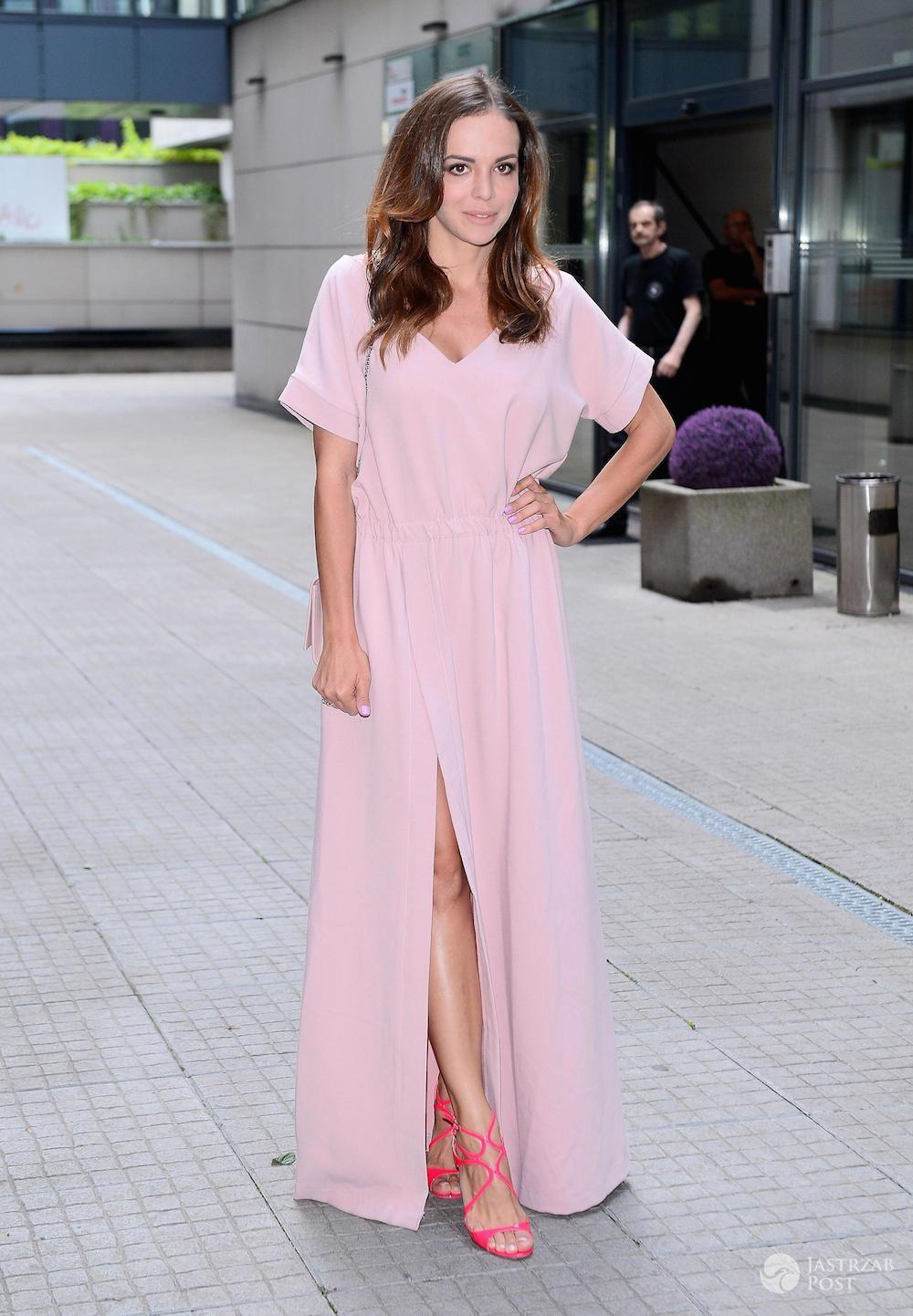 Anna Wendzikowska w różowej stylizacji