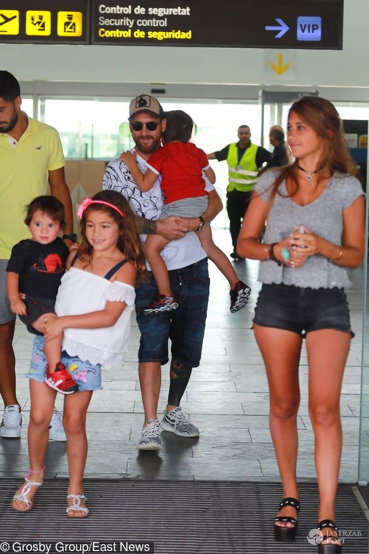 Leo Messi i Luis Suarez wrócili do Barcelony z rodzinami