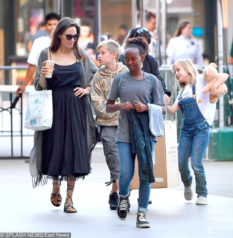 Angelina Jolie bez stanika na zakupach