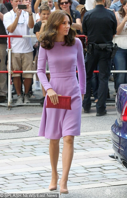 Księżna Kate w lawendowej kreacji zwiedza Muzeum w Hamburgu