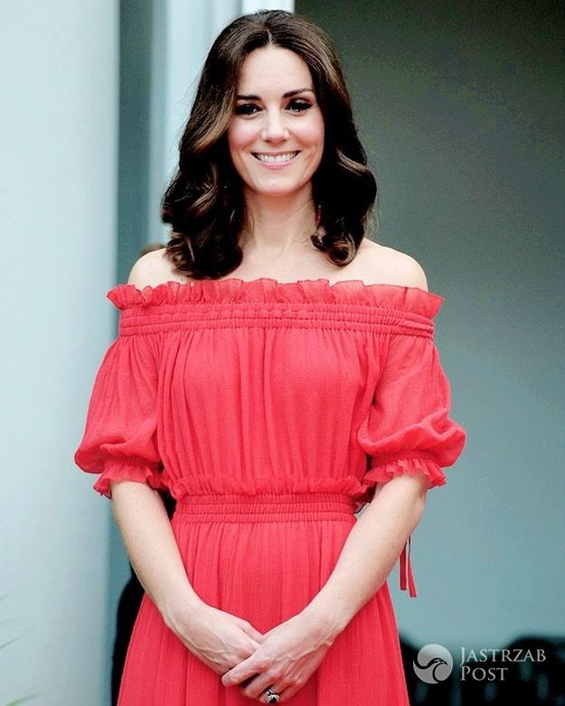 Księżna Kate na garden party w Berlinie w czerwonej sukience z domu mody Alexander McQueen