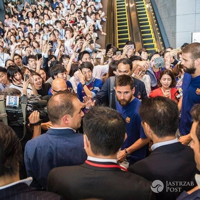 Leo Messi na lotnisku po powrocie z podróży poślubnej