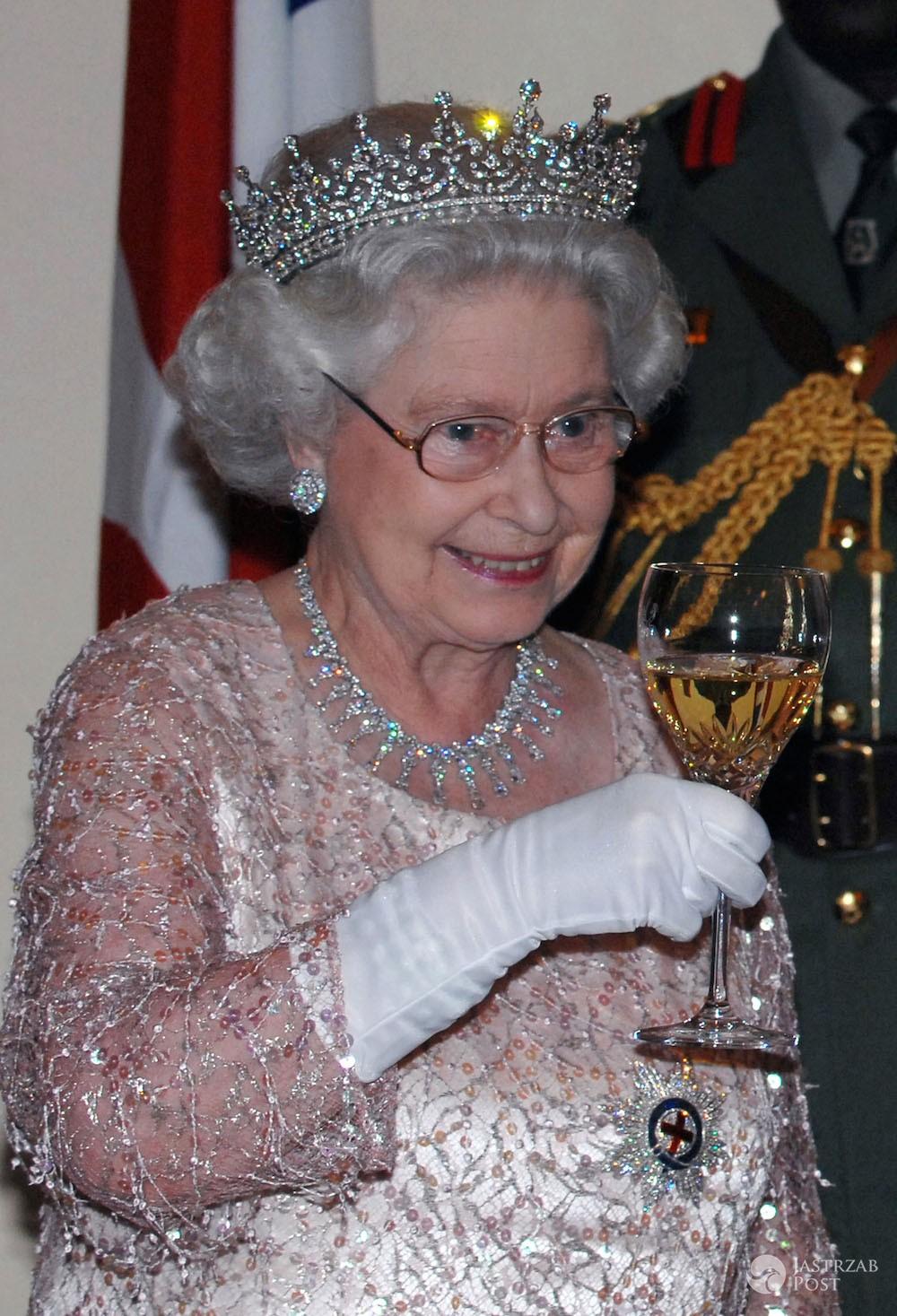 Królowa Elżbieta II pije alkohol