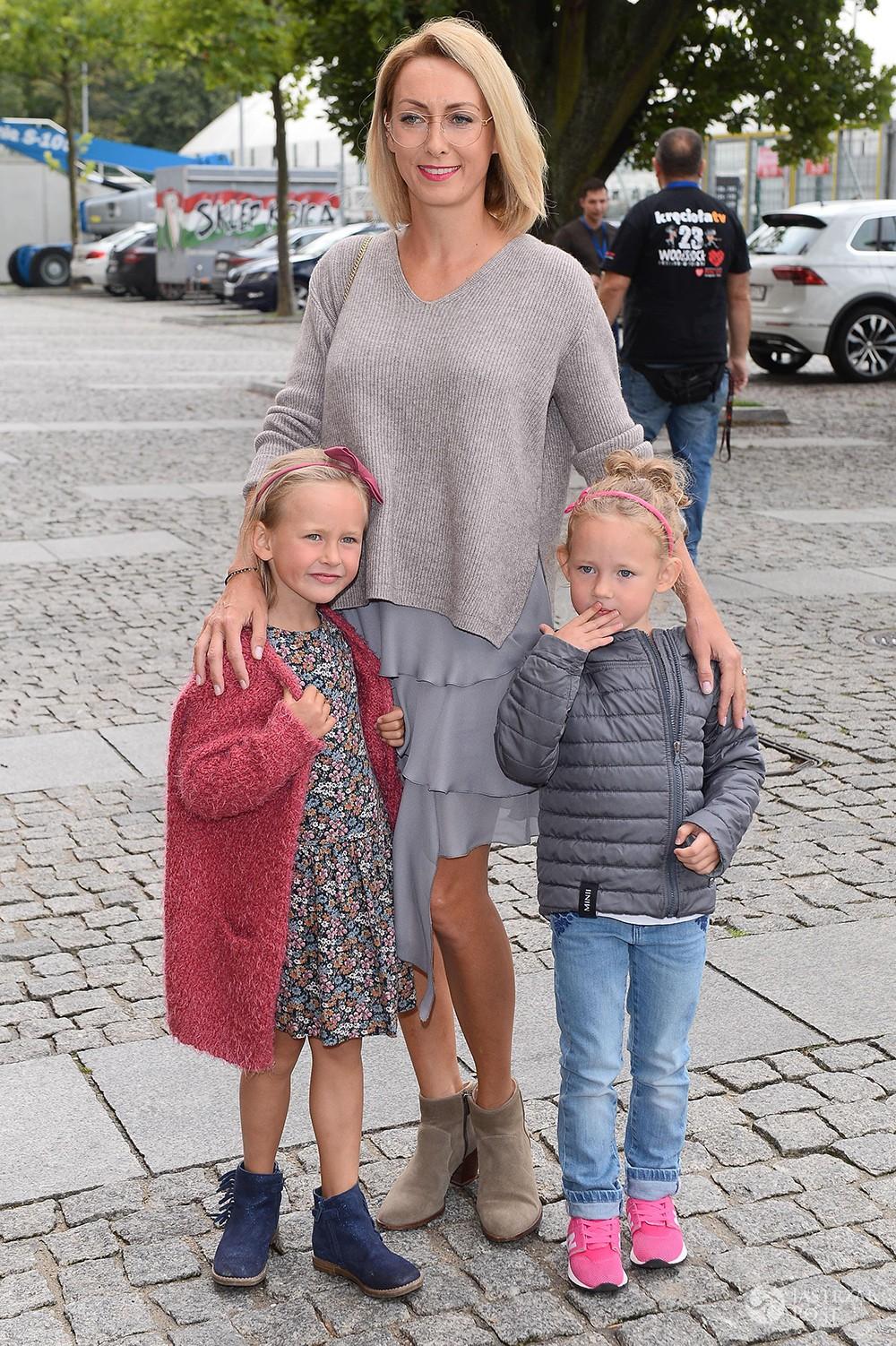 Anna Kalczyńska z córkami na Wielkim Meczu TVN kontra WOŚP