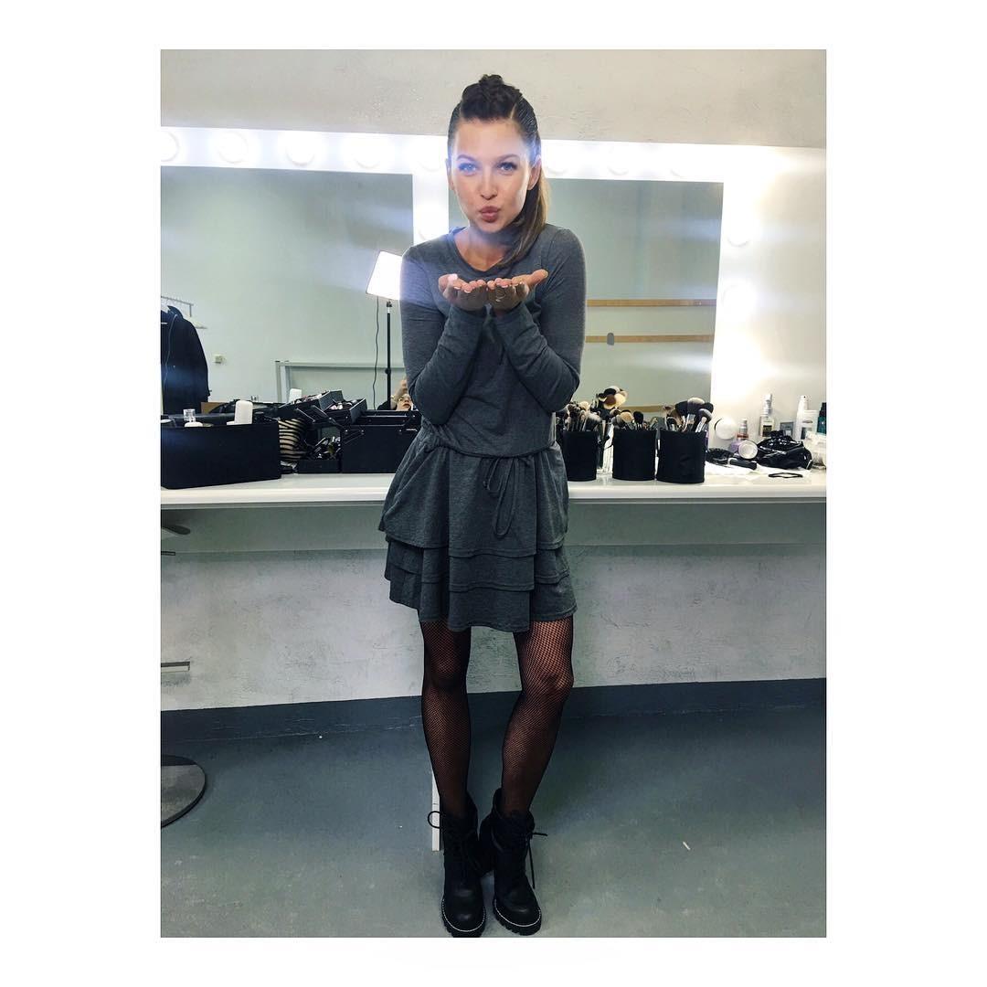 Anna Lewandowska w szarej sukience