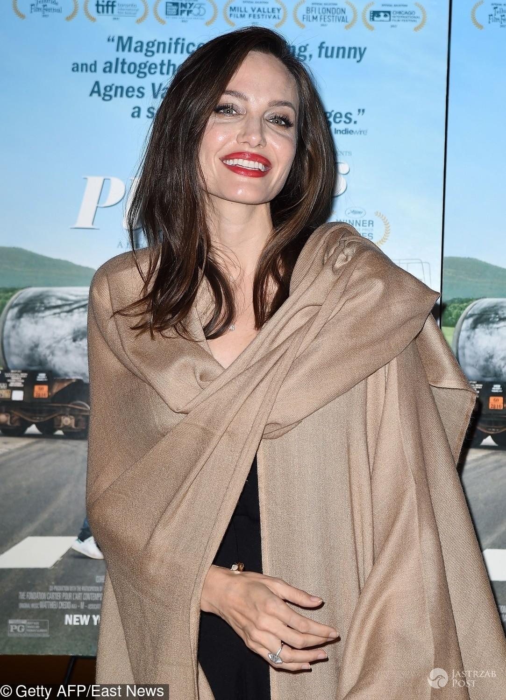 Angelina Jolie w beżowym płaszczu