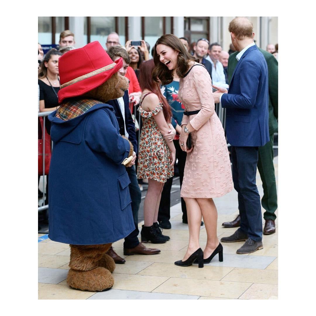 Szczęśliwa księżna Kate w różowej sukience