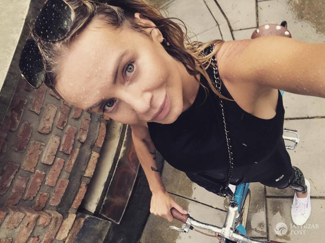 Agnieszka Wozniak-Starak bez makijazu mokra od deszczu na rowerze