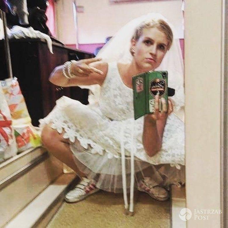 Marcjanna Lelek w sukni ślubnej i sportowych butach