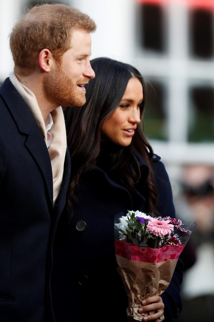 Meghan Markle i książę Harry pierwsze publiczne wyjście and his fiancee US actress Meghan Markle are greeted as they arrive to attend a Terrence Higgins Trust World AIDS Day charity fair at Nottingham Contemporary in Nottingham, central England, on December 1, 2017. Prince Harry and Meghan Markle visited Nottingham in their first set of engagements together since announcing their engagement. During their first engagament of the day at a Terrence Higgins Trust World AIDS Day charity fair the prince and Markle met representatives from a number of institutes and charities that do specific work around HIV/AIDS.