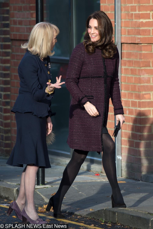 Księżna Kate w bordowym płaszczu