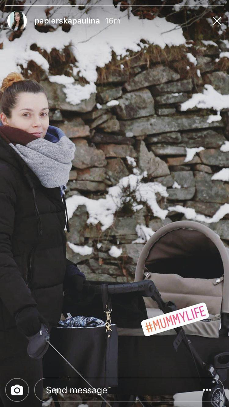 Paulina Papierska z synem na spacerze