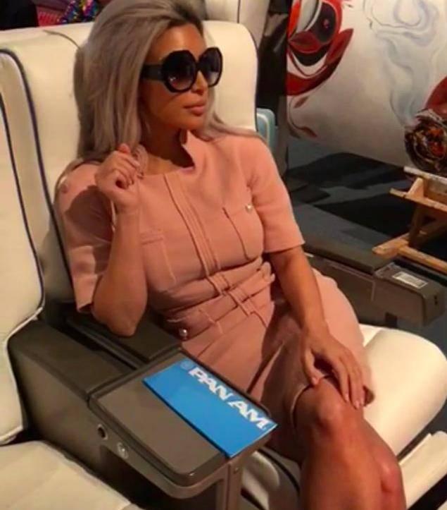 Kim Kardashian przebrana za stewardessę