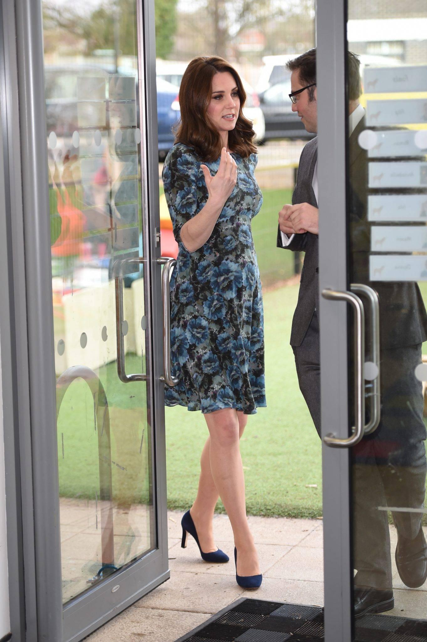 Księżna Kate w ciąży w sukience w kwiatki