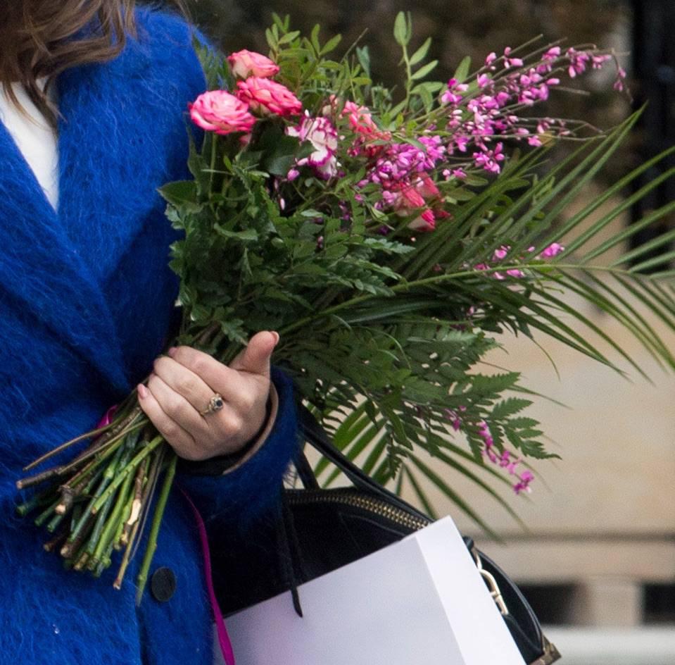 Edyta Herbuś z kwiatami
