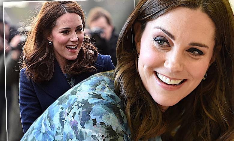 Księżna Kate w granatowym płaszczu i sukience w kwiatki