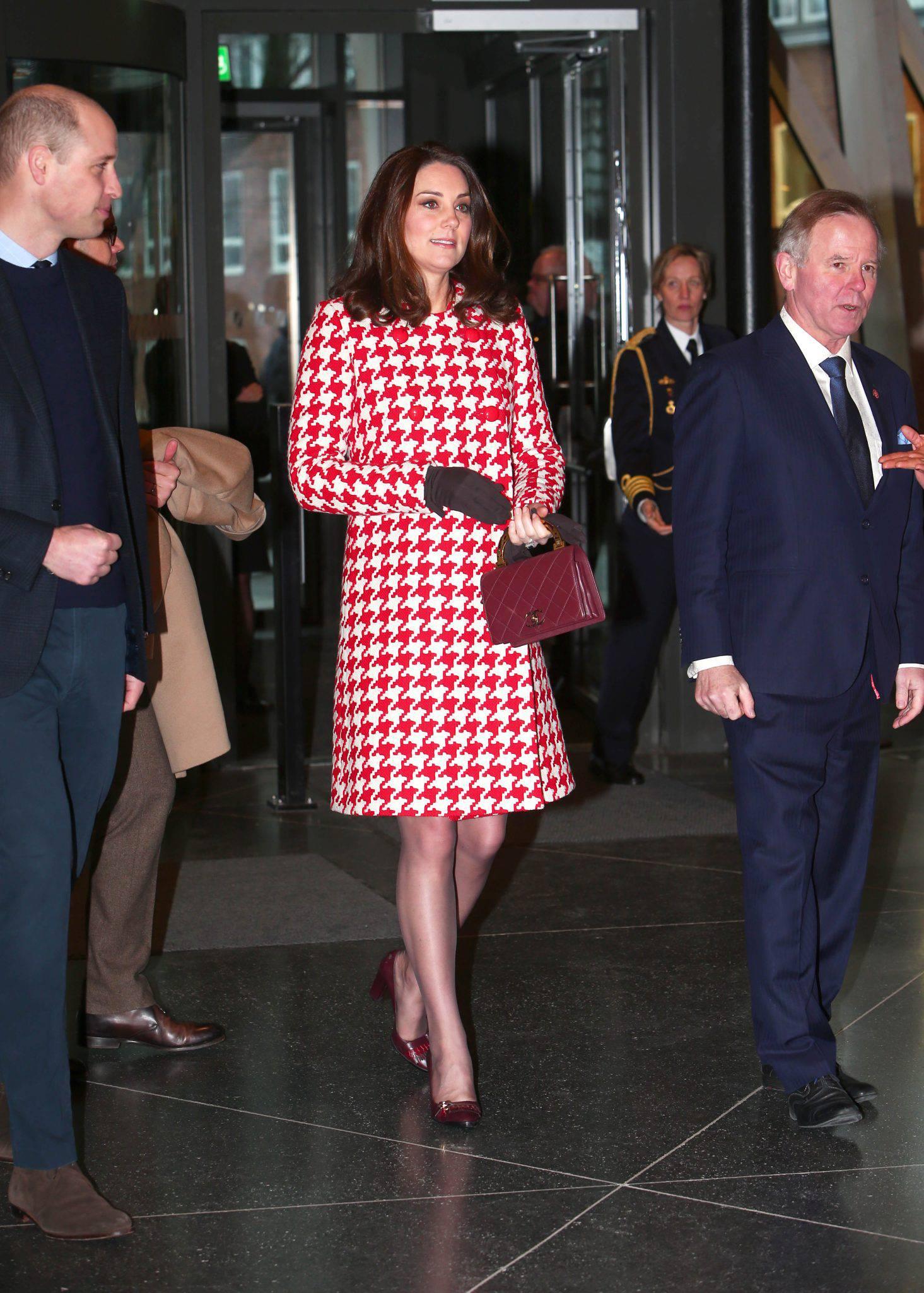 Księżna Kate w płaszczu w biało-czerwoną pepitkę Cat Walker w Szwecji