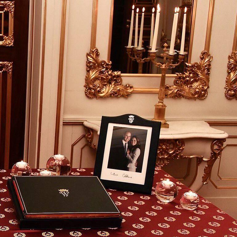 Księżna Kate i książę William przytulają się do zdjęcia