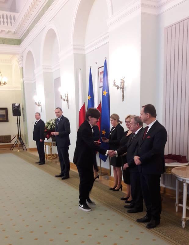 Edward Hulewicz odebrał wyróżnienie od prezydenta w sportowych butach