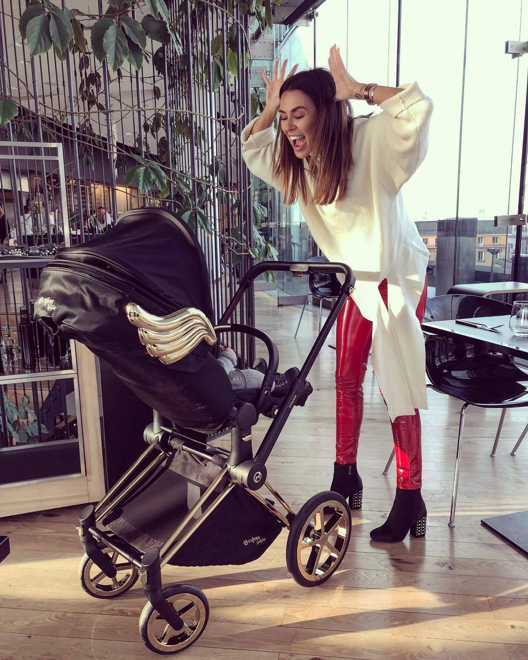 Natalia Siwiec z wózkiem dziecięcym za 7500 złotych