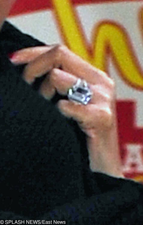 Beyonce – pierścionek zaręczynowy – 18-karatowy brylant w platynie, który został zaprojektowany przez Lorraine Shwartz