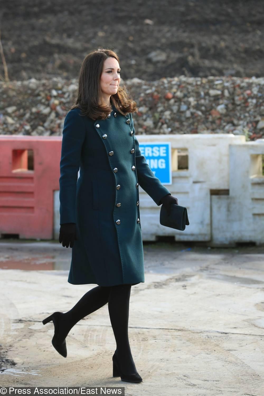 Księżna Kate w ciąży w zielonym płaszczu Dolce&Gabbana z wizytą w Sunderland