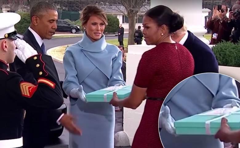 Melania Trump wręcza prezent Obamom