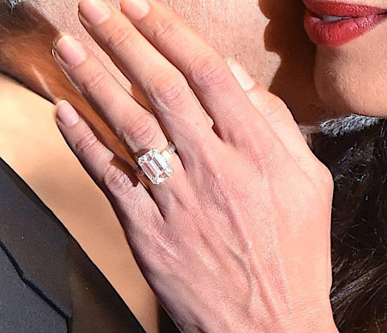 Amal Clooney – pierścionek zaręczynowy – 7-karatowy brylant ze szmaragdowym szlifem