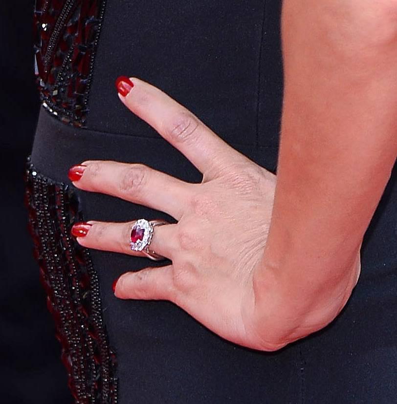 Eva Longoria – pierścionek zaręczynowy – rubin otoczony diamentami