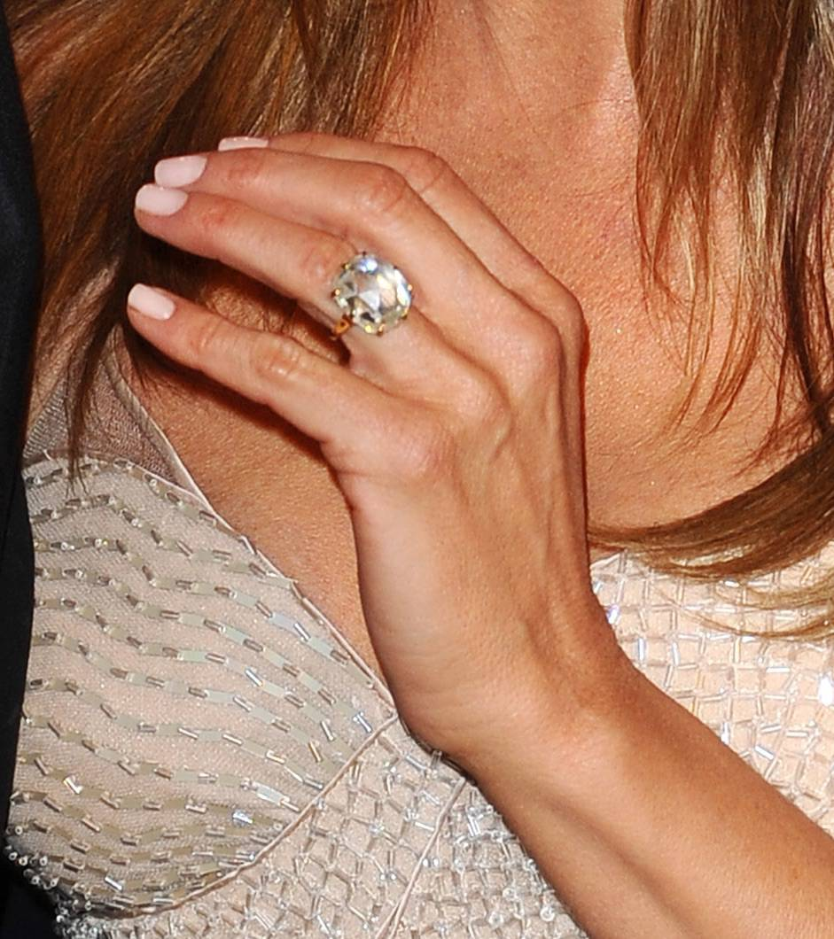 Jennifer Aniston – pierścionek zaręczynowy od Justina Theroux – 8-karatowym brylantem