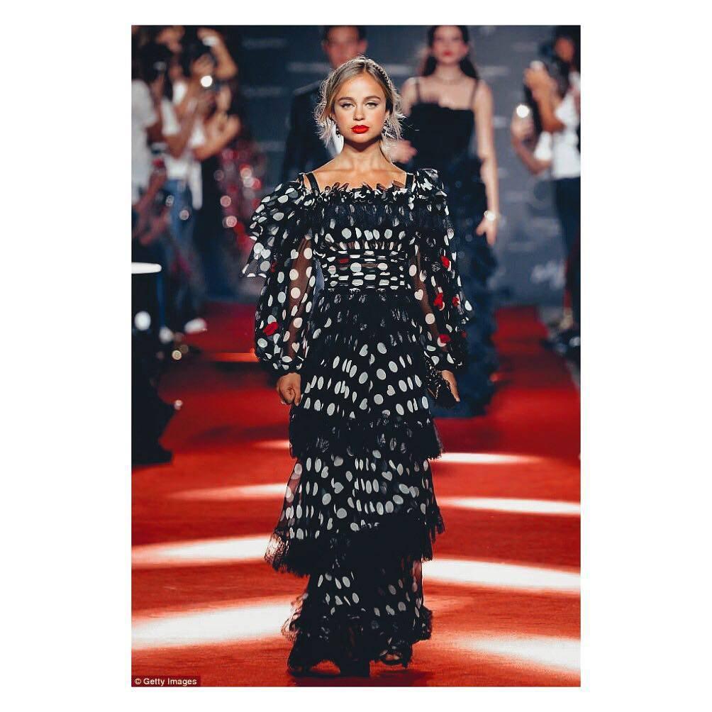 Lady Amelia Windsor podczas pokazu Dolce&Gabbana