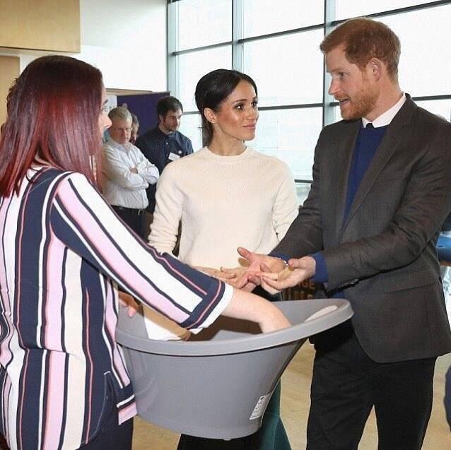 Meghan Markle i książę Harry oglądają dziecięcą wanienkę
