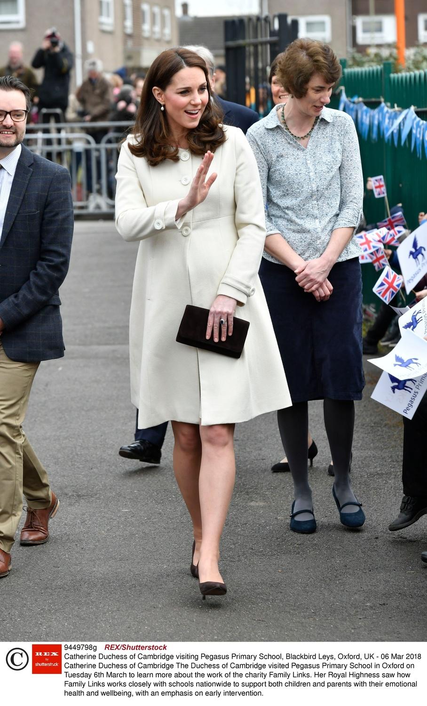 Księżna Kate w podkreślającym jej ciążowy brzuch kemowym płaszczu