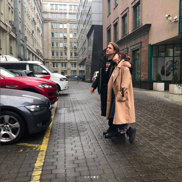 Natalia Szroeder w objęciach przyjaciela