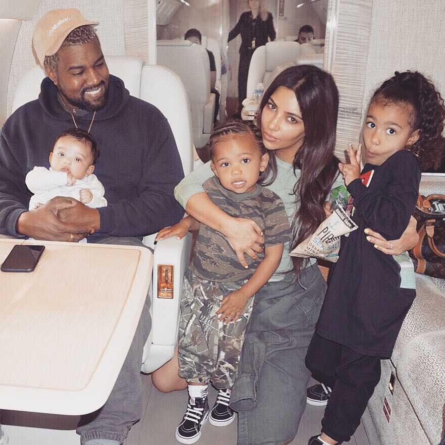 Kim Kardashian pokazała rodzinne foto, mama , tata i trójka dzieci
