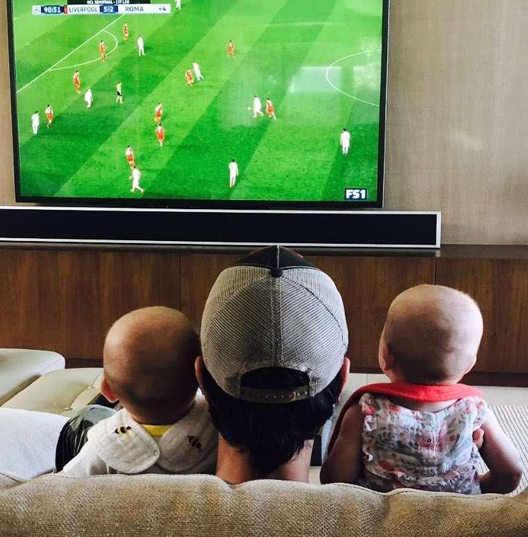 Enrique Iglesias ogląda mecz z dziećmi