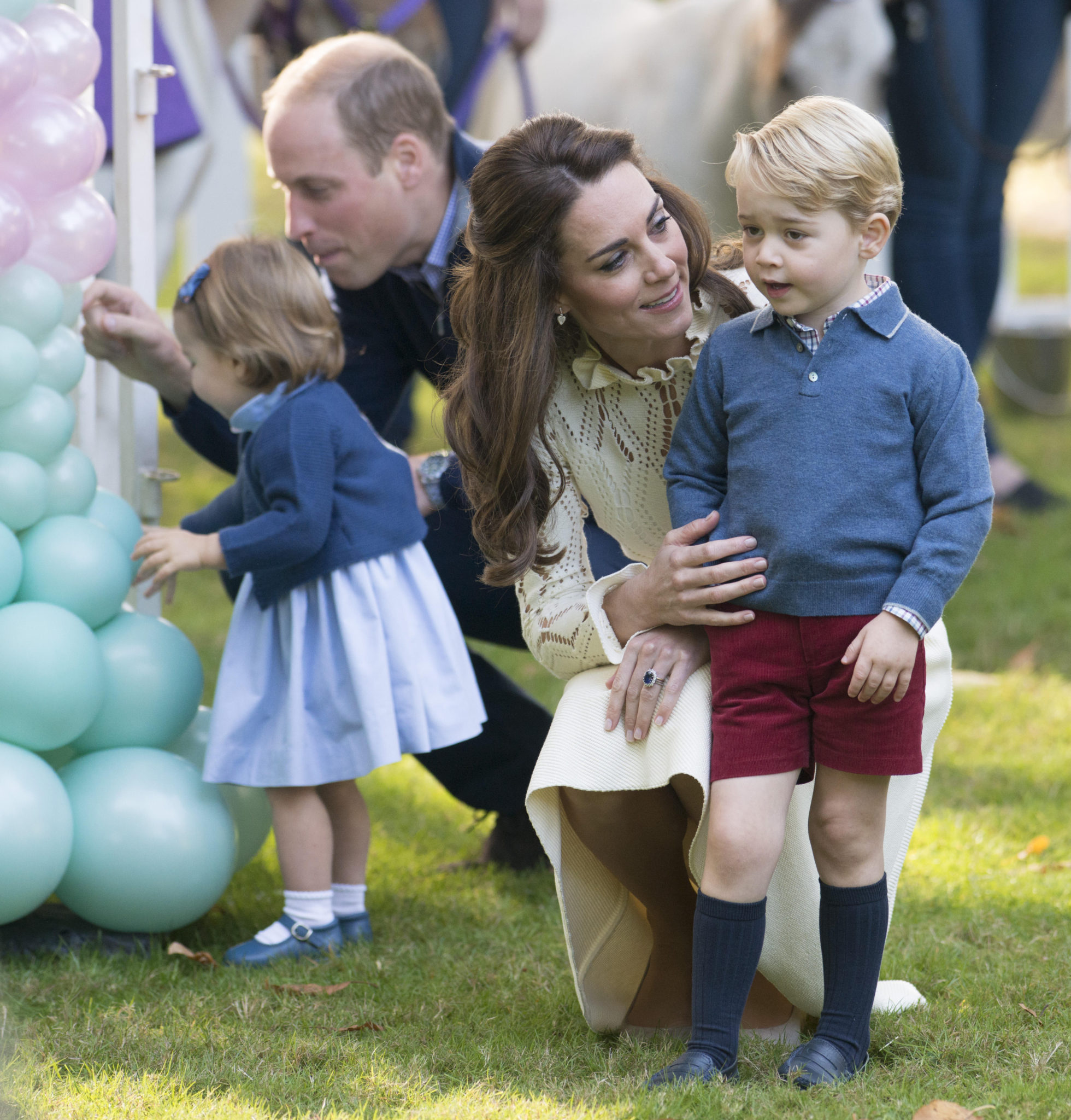 Najpiękniejsze zdjęcia rodziny królewskiej – Kate, William, George i Charlotte w ogrodzie