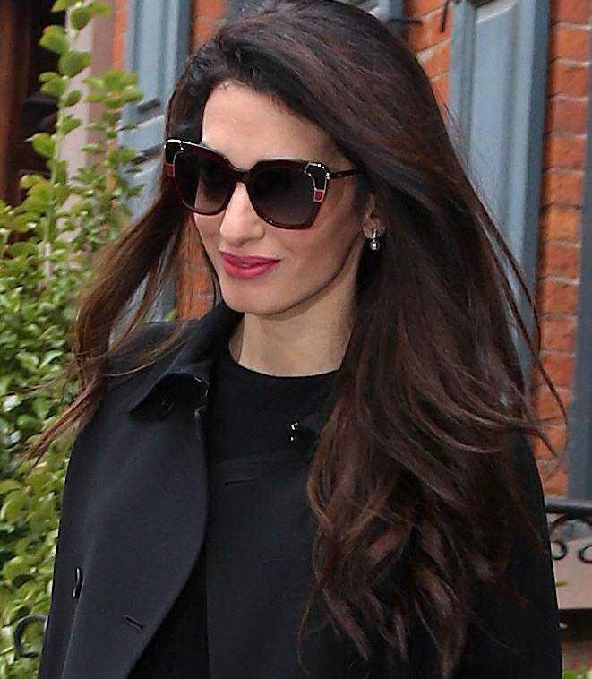 Elegancka Amal Clooney cała w trendach. Jej dwukolorowe szpilki to must have każdej fanki mody! zdjecie 1