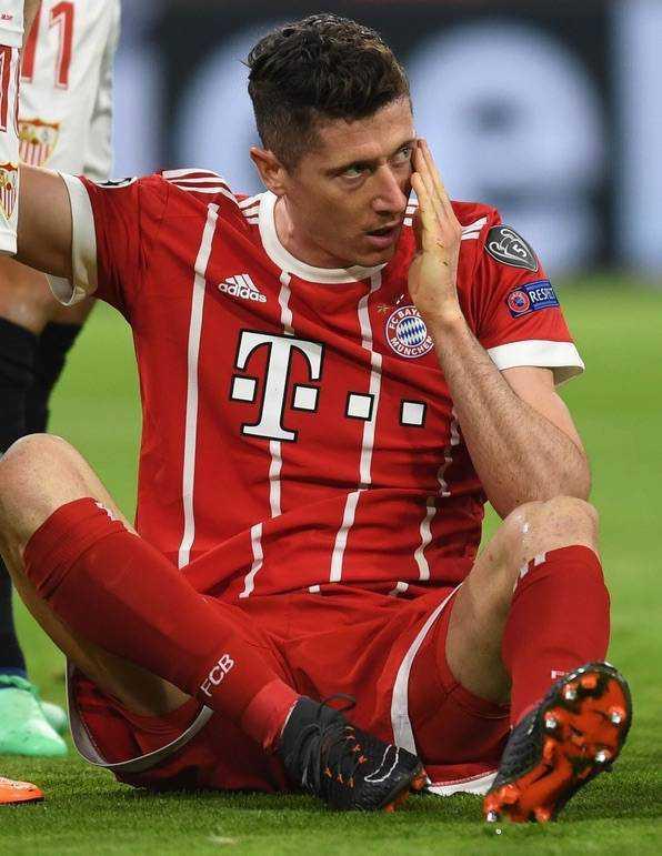 Pobity Robert Lewandowski w meczu z Sevillą